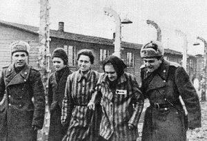 Ejército Rojo de la Unión Soviética se funde en un abrazo con los liberados de Auschwitz