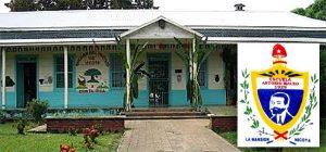 Escuela Antonio Maceo, en Nicoya, Costa Rica, y su escudo.