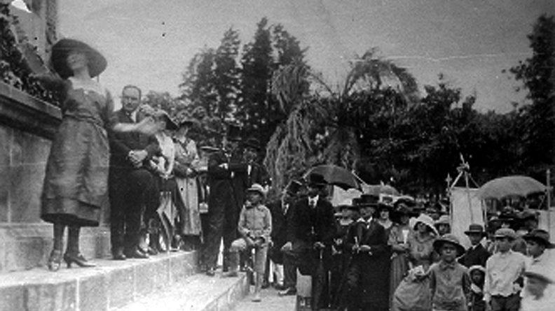 Joaquín García Monge (el segundo de izquierda a derecha, arriba) poco depués de pronunciar su discurso al pie del Monumento Nacional