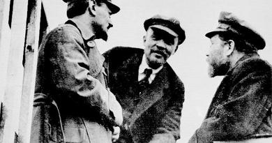 Vladimir Lenin, Leo Trotsky y Lev Kamenev en la Plaza Sverdlovsk en Moscú en mayo de 1920