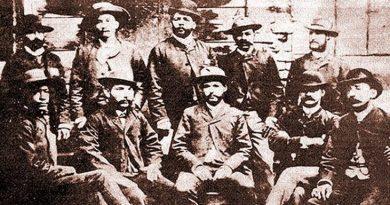 Foto tomada en 1892 en Costa Rica. De pie, de izquierda a derecha: Antonio Collazo, Flor Crombet, Antonio Maceo, Agustín Cebreco y José Barrenqui. Sentados, en el mismo orden, Martín Morúa Delgado, Rojas, Pedro Castello, Peña y José Rogelio Castillo.