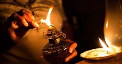 Improvisando mecheros y velas los venezolanos vivieron los duros días del apagón (Foto: Cristian Hernández / AFP)